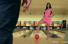 Valerie Kay – Bowling For The Bachelor
